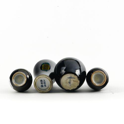 Ensemble de quatre petits vases  CHINE XIXE SIÈCLE  En porcelaine émaillée noire…