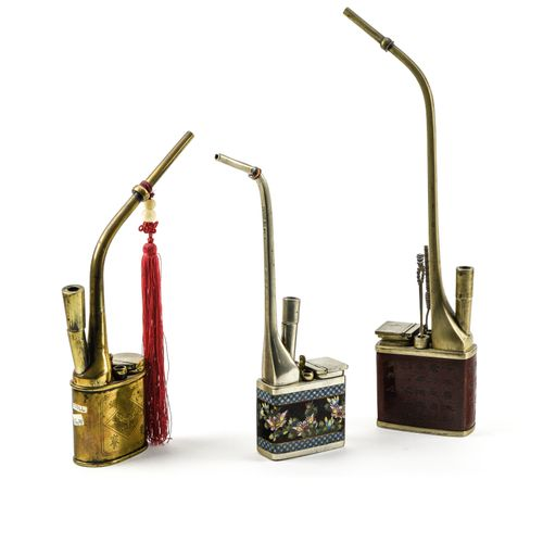 Trois pipes à eau  CHINE VERS 1900  L'une en paktong cuivre et émaux cloisonnés …