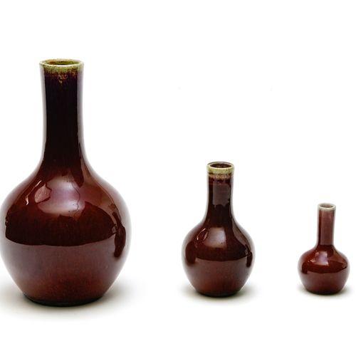 Trois vases bouteilles  CHINE XIXE SIÈCLE  En porcelaine émaillée rouge flammée.…