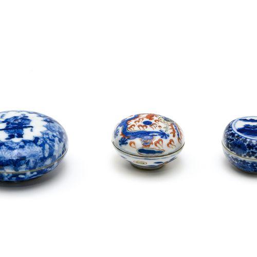 Trois petites boites à pâte d'encre  CHINE VERS 1900  En porcelaine décorée en b…