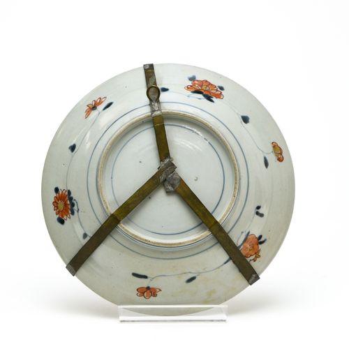 Assiette  JAPON, IMARI EPOQUE EDO (1603 1868), XVIIIE SIÈCLE  En porcelaine déco…