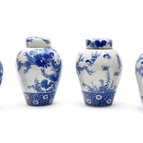 Quatre pots à thé couverts  JAPON EPOQUE MEIJI (1868 1912)  En porcelaine décoré…