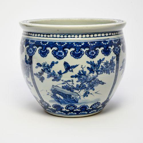 Cache pot  CHINE VERS 1900  En porcelaine décorée en bleu sous couverte de coupl…