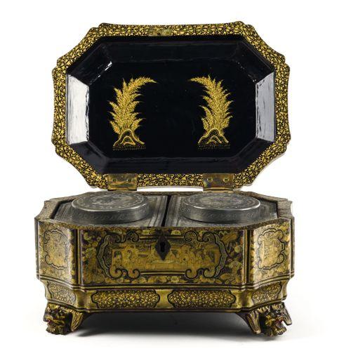 Coffret à thé  CHINE, CANTON FIN XIXE SIÈCLE  En laque noire et or à décor de ré…