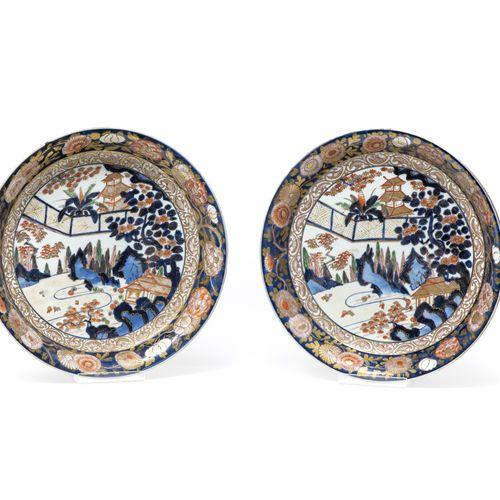Paire de grandes coupes  JAPON, IMARI EPOQUE EDO (1603 1868), XVIIIE SIÈCLE  En …