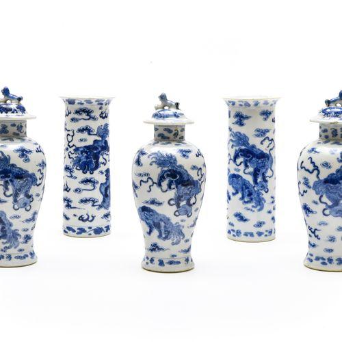 Garniture  CHINE XIXE SIÈCLE  Composée de trois vases couverts et deux vases cyl…