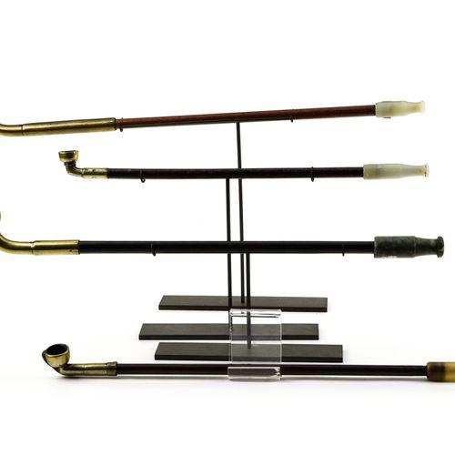 Quatre pipes  CHINE VERS 1900  Les tiges en bois, dont deux laqué rouge et noir,…