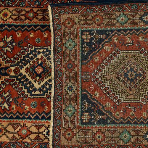 Galerie Yalami Galerie Yalami    Fond rouge, décor de neuf médaillons entre des …