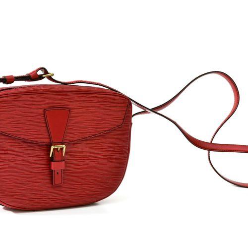 Louis Vuitton Sac bandoulière modèle gibecière    En cuir épi rouge. Une pochett…