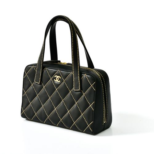 Chanel Sac porté main    En cuir matelassé noir, rehaussé couture Chanel beige. …