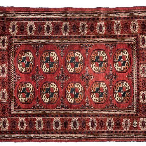 Tapis Boukhara Tapis Boukhara    Fond rouge, décor de deux rangées de cinq guls,…