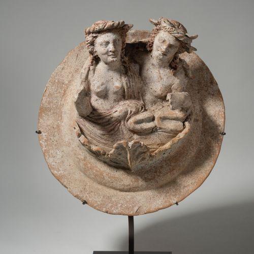 Médaillon portrant deux bustes accolés représentant un comaste (?) et une ménade…