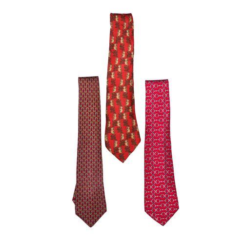 """Hermès Lot de 3 cravates twill    de tons rouges. 1 Fond lie de vin, """"mailles"""" o…"""