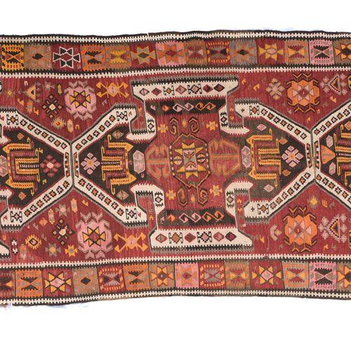 Kilim ANATOLIE  Kilim    Fond rouge chargé de fleurs et de S, décor de trois méd…