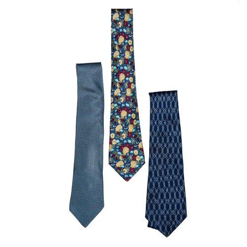 Hermès Lot de 3 cravates twill    De tons bleus. 1 Fond bleu gris, dessins de me…