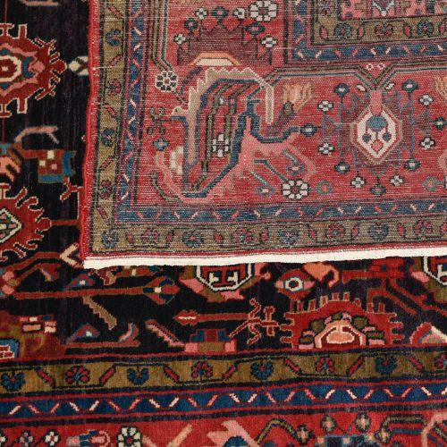 Tapis Baktyar Tapis Baktyar    Fond bleu, décor de fleurs, bordure rouge de fleu…