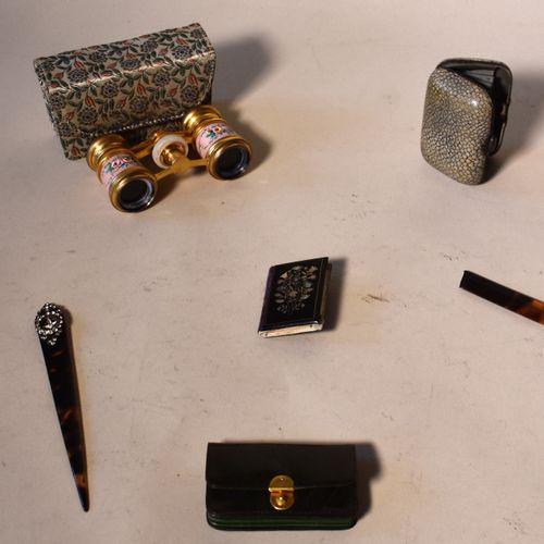 LOT : un porte monnaies en galuchat, deux fume cigarettes, un peigne, jumelles d…