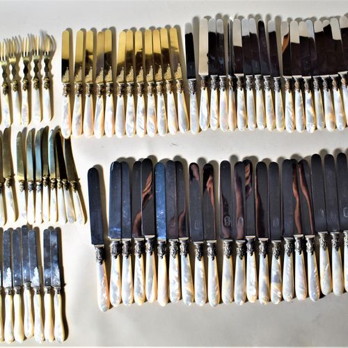 MENAGERE de couteaux manches nacre, viroles à décor de guirlandes, comprenant 22…