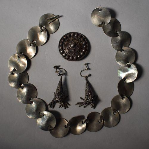 LOT : COLLIER à disquettes en métal, BROCHE à décor basque et PAIRE DE BOUCLES D…
