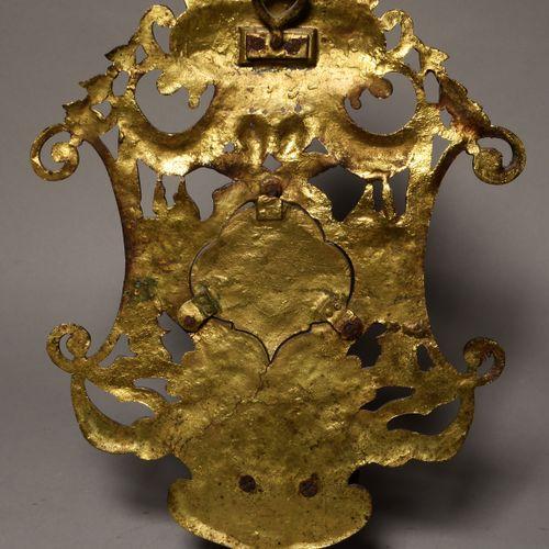 BENITIER en bronze patiné ajouré à décor d'angelots et coquilles. Au centre sont…