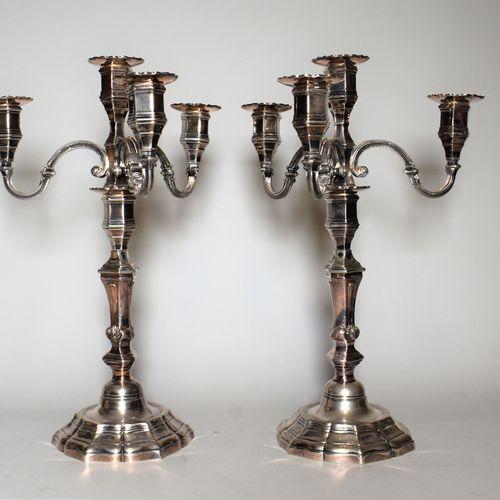 PAIRE DE CANDELABRES à quatre lumières en bronze argenté, mouluré, style Louis X…