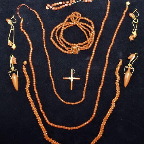 LOT CORAIL ET MÉTAL DORÉ comprenant trois colliers, un bracelet, deux paires de …