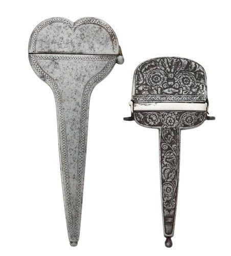 Étui à ciseaux en fer forgé, gravé de motifs floraux et de deux mains unies. Fra…