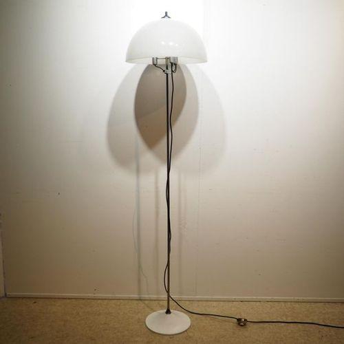 Design floor lamp circa 1970 : Chrome plated steel tubular shaft, cast aluminium…