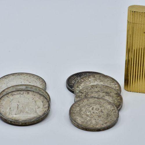 Cartier Briquet à gaz, gravé de cannelures, signé, numéroté, plaqué or. Quatre p…