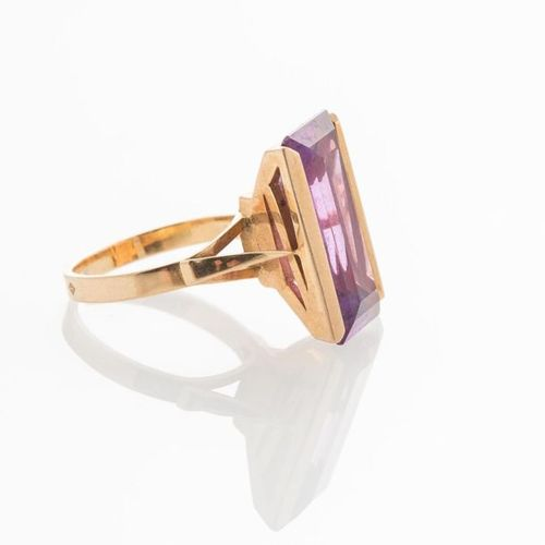 Ring in yellow gold 750 thousandths decorated with a rectangular purple stone TD…
