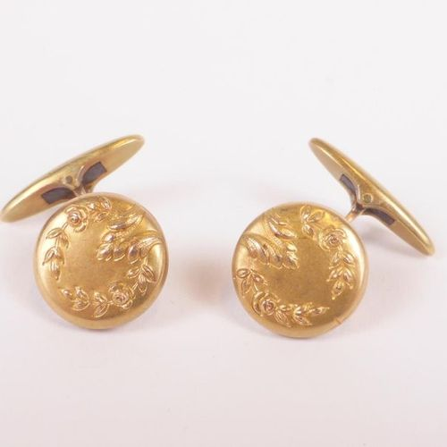 Pair of cufflinks in yellow gold 750 thousandths, decorated with an acanthus lea…