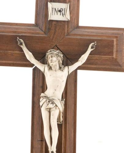 Crucifix in walnut and Christ in carved ivory. Around 1900 (H: 34 cm, W: 18.5 cm…