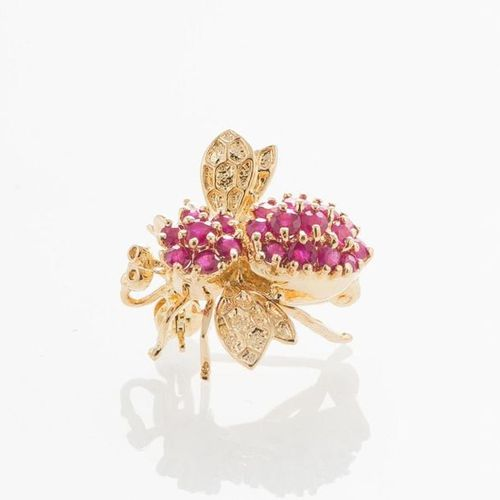 "Bee"" brooch in yellow gold 750 thousandths, the body adorned with rubies. In a c…"
