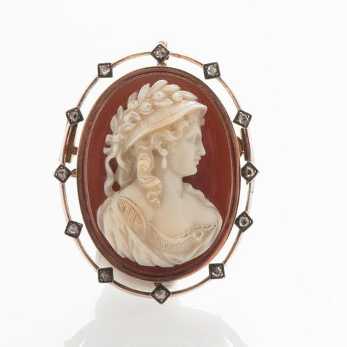 Pendant brooch in 750 thousandths yellow gold adorned with a cameo on oval agate…