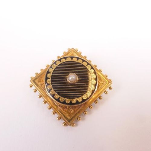 Square brooch in 750 thousandths yellow gold and enamel, centred on half a pearl…