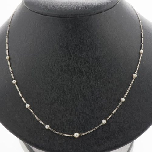Necklace in white gold 750 thousandths decorated with 9 fine pearls alternating …