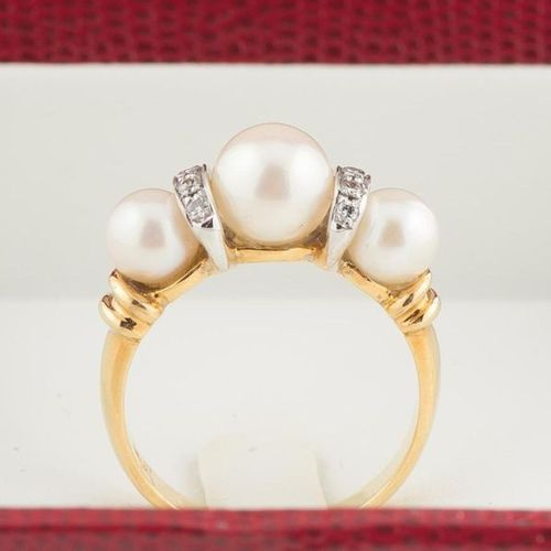 Ring in 750 thousandths yellow gold and white gold, set with three pearls altern…