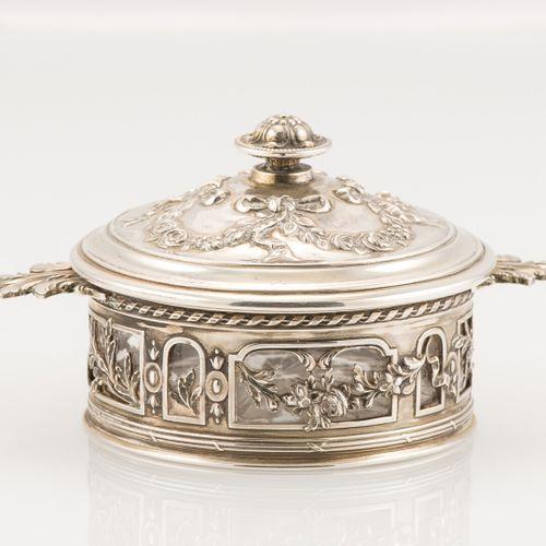Boîte couverte en argent, à décor de guirlandes de fleurs et rubans, feuilles d'…