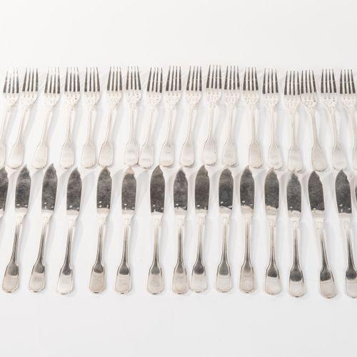Lot de 18 fourchettes et 18 couteaux à poisson en argent, poinçon Minerve. Orfèv…