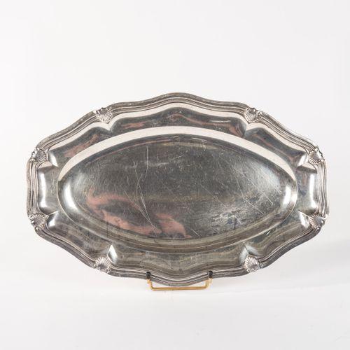 Plat ovale chantourné en argent, poinçon Minerve, agrafes coquilles. Orfèvre Hén…