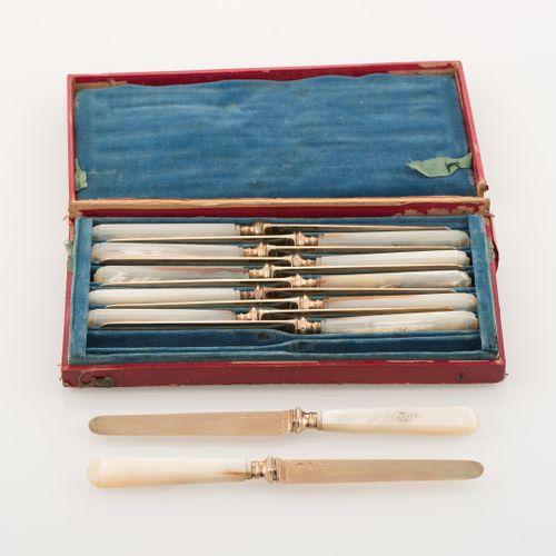 Suite de 12 couteaux à fruits, lames en vermeil poinçon Vieillard (1819 1838), m…