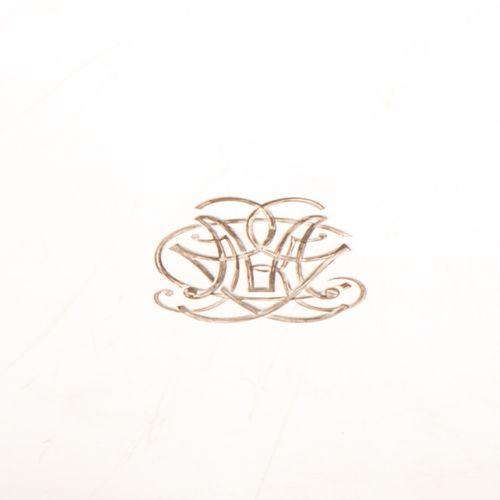 Plat ovale en argent, poinçon Minerve, bords chantournés à frise d'oves et entre…