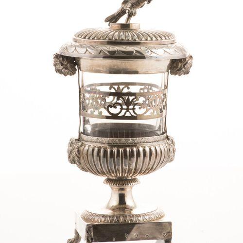 Drageoir en argent, poinçon 1er Coq, en forme de vase Médicis, la panse godronné…