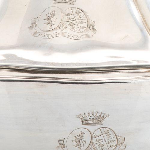 Légumier couvert circulaire en argent, poinçon Minerve, , anses et prise formant…