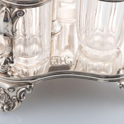 Cabaret en argent, poinçon cygne, comprenant quatre flacons en cristal taillé do…