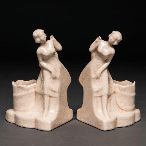 Paire de serre livres en forme de femme avec panier en céramique craquelée. Sigl…