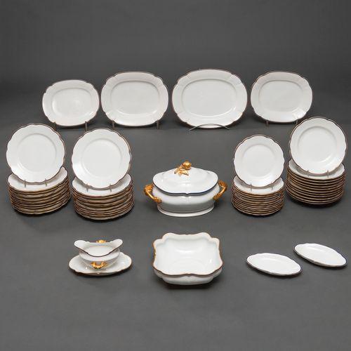 Vaisselle en porcelaine de la Bidassoa avec décoration de la bordure en or. Sigl…