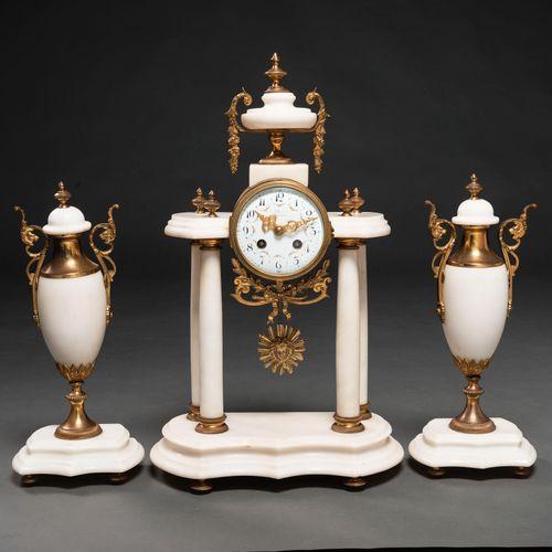 Pendule de table de style Louis XVI avec coupes en marbre blanc garnies. Travail…