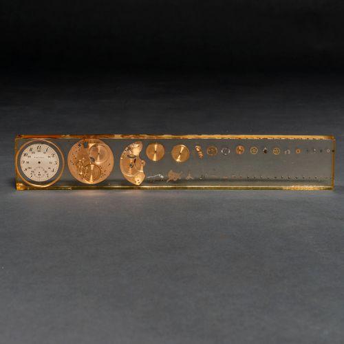 Schéma de la machinerie de l'horloge inséré dans une feuille de méthacrylate. To…