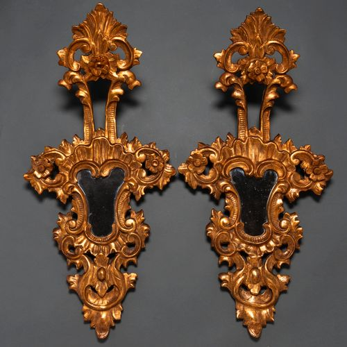 Paire de corniches en bois sculpté et doré de la fin du XIXe siècle Elles présen…